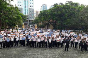 Hàng trăm tài xế Vinasun đứng trước tòa phản đối ngừng xử vụ Grab