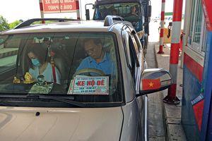 Loạn xe hộ đê vô tư qua trạm BOT miễn phí