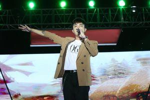Rũ bỏ hình ảnh soái ca lạnh lùng: Soobin Hoàng Sơn 'nhúng nhắng' vui vẻ bên dàn 'nhóc tì' đêm trung thu