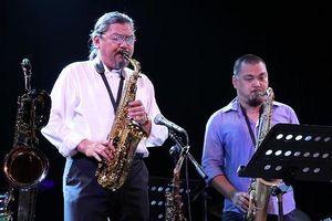 Cha con nghệ sĩ Quyền Văn Minh cùng hòa tấu với nghệ sĩ tên tuổi nhạc Jazz Bỉ