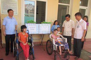 Phó Chủ tịch UBND tỉnh Phạm Đăng Quyền tặng quà cho các cháu thiếu nhi nhân dịp Tết Trung thu