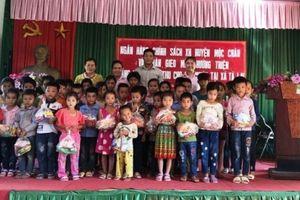 Nhóm Gieo mầm hướng thiện tặng quà trẻ em có hoàn cảnh khó khăn