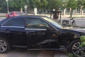 Hà Nội: Bị Hyundai Starex đâm ngang hông, Mercedes-Benz E-Class 'chấn thương nặng'