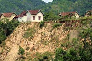 Hàng trăm hộ dân nguy cơ mất nhà do sạt lở