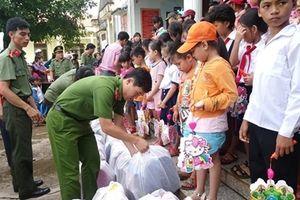 Tặng quà Tết Trung thu cho học sinh nghèo Bình Phước
