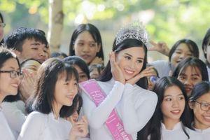 Hoa hậu Tiểu Vy thăm trường cũ