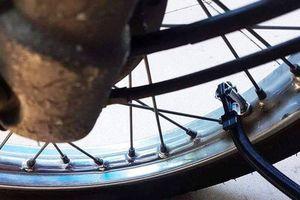 Dân quân xì lốp xe máy của dân tại trụ sở bị kiểm điểm