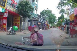 Đạp xe đi học ngược chiều, em bé bị xe máy đâm trúng