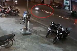 Thanh niên phóng với tốc độ 'bàn thờ' ngã tóe lửa trên đường