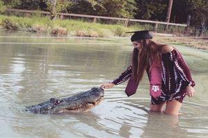 Cận cảnh nữ sinh mừng tốt nghiệp ĐH bằng cách vờn cá sấu khủng dài 4 m