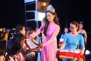 Hoa hậu Tiểu Vy tặng quà trung thu cho các trẻ em có hoàn cảnh khó khăn ở Quảng Nam