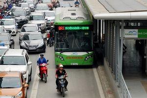 BRT Hà Nội cào đường nhựa, đổ bê tông: Trình non, hay...?