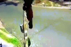 Video ba thanh niên say Ấn Độ lái mô tô tông thẳng đầu xe bus