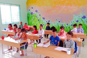 Chuyện học nơi thầy cô vượt hàng chục km đường rừng tới trường
