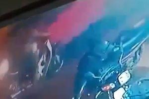 Ôtô phóng như tên bắn, 'cuốn bay' người phụ nữ ra đằng sau trong 2 giây