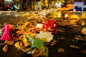 Sau đêm Trung thu, ngán ngẩm cảnh phố đi bộ Hà Nội biến thành 'biển rác'
