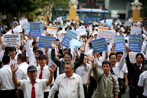 Hàng trăm tài xế 'vây' phiên tòa Vinasun kiện Grab