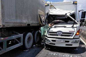 Tài xế thoát chết trong cabin xe tải bẹp dúm