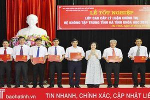 Trao bằng cao cấp lý luận chính trị cho 90 học viên Hà Tĩnh