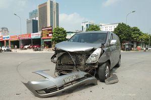 Hà Nội: Không làm chủ tốc độ, 2 ô tô con va chạm nghiêm trọng