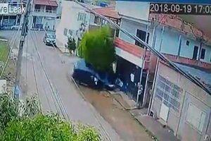 Lái trộm xe ô tô của bố, bé gái 13 tuổi húc văng người đàn ông đi xe đạp