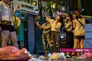 Ngán ngẩm phố Trung thu ngập ngụa rác thải, giới trẻ vẫn nô nức selfie