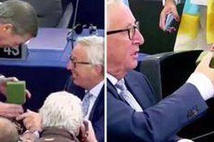 Chủ tịch Ủy ban châu Âu được tặng đôi tất Anh