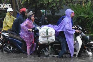 Hà Nội: Mưa lớn gây ngập sâu, tắc đường kéo dài
