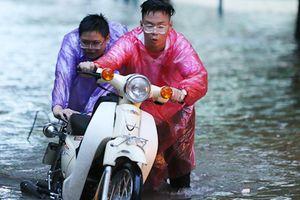 Mưa lớn ngày Quốc tang: Nhiều tuyến phố Thủ đô ngập nặng, ùn tắc