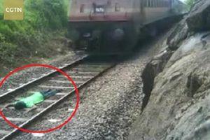 Clip: Thót tim nam thanh niên nằm trên đường ray để tàu hỏa chạy qua