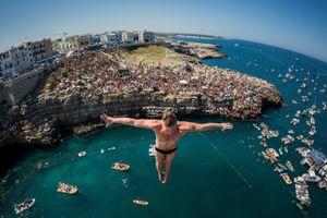 Thót tim xem thi nhảy vách đá xuống biển