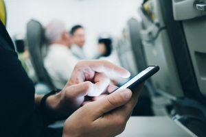 Hành khách bị đuổi khỏi máy bay vì đòi sạc điện thoại trong buồng lái