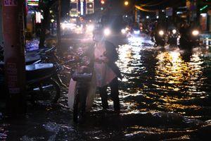 Mưa lớn ở TP.HCM chiều nay, nước ngập kéo dài 4 tiếng