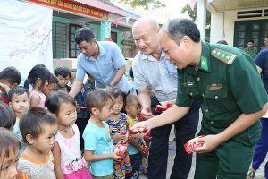 Nghĩa tình với học sinh nghèo xã vùng cao biên giới A Mú Sung