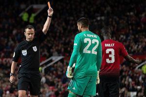 Thủ môn bị đuổi, M.U thua sốc ở Old Trafford