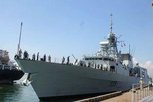 Chiến hạm Hoàng gia Canada treo cờ rủ cập cảng Đà Nẵng