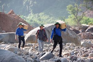 Hơn 1 tháng sau mưa lũ, 2 xã biên giới Nghệ An vẫn ngổn ngang trong đất đá