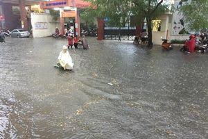 Đường phố nhiều quận nội thành Hà Nội thành 'sông' sau cơn mưa lớn