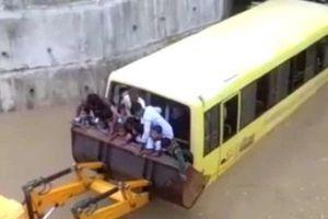 Clip: Máy xúc giải cứu xe buýt chở học sinh bị ngập