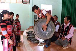 Người trẻ Ba Na tự hào về văn hóa cồng chiêng
