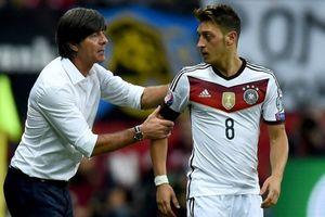 HLV Joachim Low đến tận sân tập thuyết phục, Ozil vẫn cự tuyệt tuyển Đức