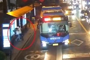 Clip nữ sinh bị kẻ bệnh hoạn sàm sỡ ở trạm xe buýt, ổ khóa chống bạn gái ngoại tình