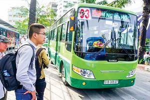 Xe buýt đi vào 'ngõ hẹp'