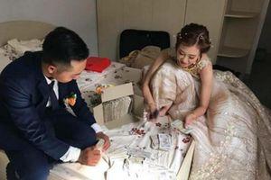 Hội bạn thân 'lầy lội' mừng cưới toàn tiền lẻ, cô dâu chú rể đếm 'xuyên đêm' quên cả động phòng