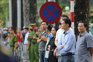 Đông đảo người dân đứng chờ tiễn đưa Chủ tịch nước Trần Đại Quang