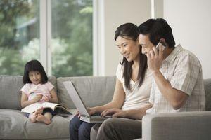 Sống ảo, mất thật: Thực trạng các ông bố bà mẹ hiện nay
