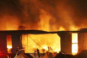 'Biển lửa' bao trùm công ty gỗ ở Bình Dương