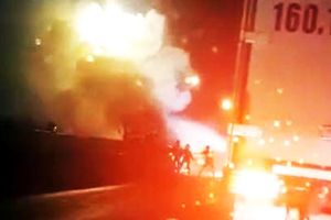 Tài xế cùng phụ xe tung cửa thoát thân khi ôtô bốc cháy