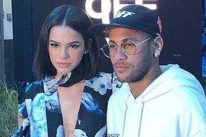 Neymar tình tứ với bạn gái Bruna Marquezine