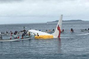 Máy bay lao thẳng xuống nước sau khi chạy quá đường băng